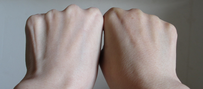 トゥヴェール 日焼け止めパウダー ミネラルサンスクリーンをつけた左手と右手の比較